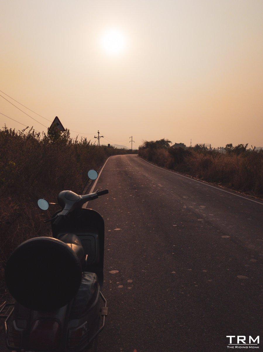 Ridin' till Dusk-I #bajajauto #chetak#vespa#scooter#2stroke #photooftheday#roadtrip#adventure#enduro#oldschool #motorrad#weekendvibes#classicbike#garagelife#scootering#gopropassport #chetakiselectric #wanderlust#outdoors#agameoftones#nofilter#mumbai #TheRidingMonk https://t.co/d43pQwOcdw