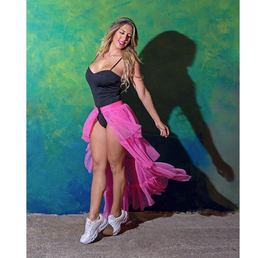 Bienvenido #diciembre a todo color 🦚. . . Escucha mi último single #paquegozes en mi BIO 🔝. . Fotografía @Fopianni . #lizcanocantante #dura #mecomolavida #cantanteespañola #generourbano #musicaespaña #followme #paquegozes