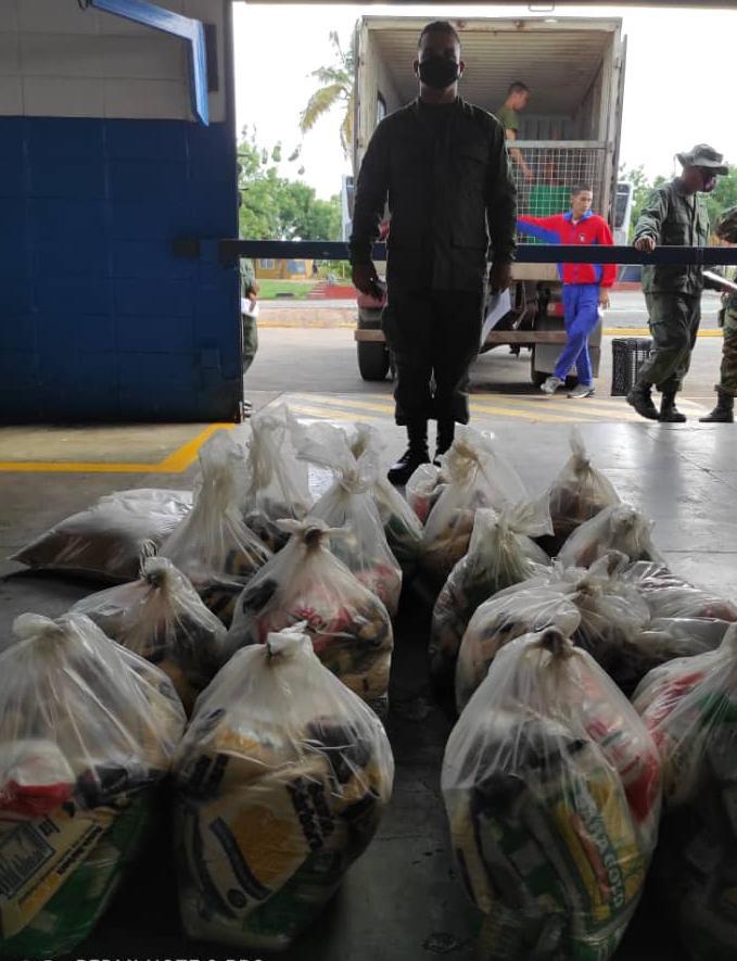 El servicio de Alimentación del Ejército, por medio del Pabasto Militar de Ciudad Bolívar efectuó la entrega de víveres y proteínas a las unidades del Estado Bolívar  #DiciembreVictorioso #EjercitoBolivarianoBicentenario  #FANB https://t.co/H7TtF3cdpK