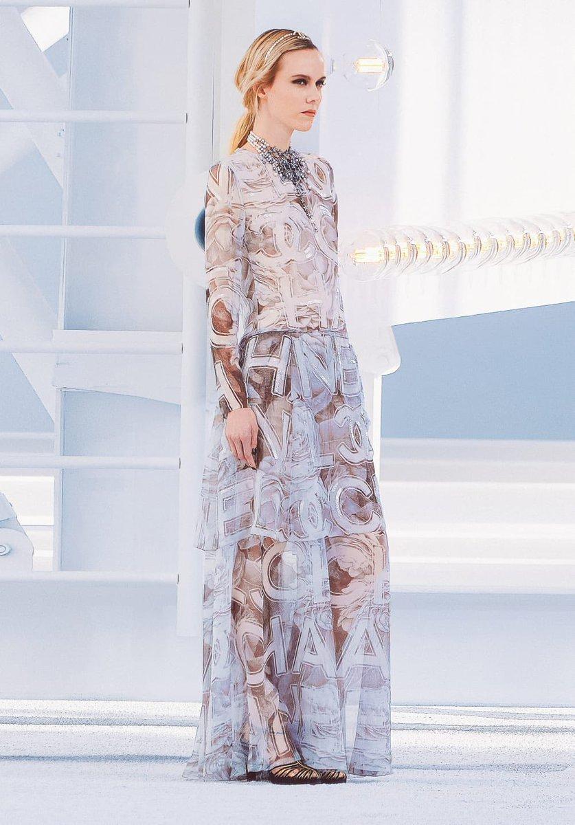 """Look de la collection #CHANELSpringSummer 2021 créée par #VirginieViard, un clin d'oeil aux actrices """"qui nous font tant rêver"""". #CHANEL #pfw 👉  L'héritage de Coco Chanel  #espritdegabrielle"""