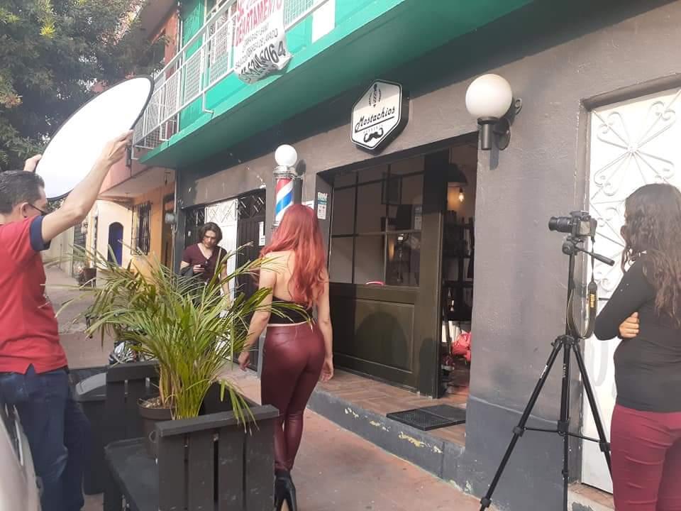 Grabando...ando!!! Con Roxana R. Reyes, Christian Diez y Guisselle Ramírez en Mostachios Barbería!!! . #castingcalls #tiemposdegrabación #camaraaccion#galanproducciones#filmmexico#actores#actriz#edecanes#extras#modelaje#camara#direccion#rodaje#llamado