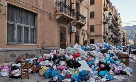 Rifiuti gettati per strada dai residente, proteste a Palermo nella zona di via Oreto - https://t.co/xCihWB1aBP #blogsicilianotizie