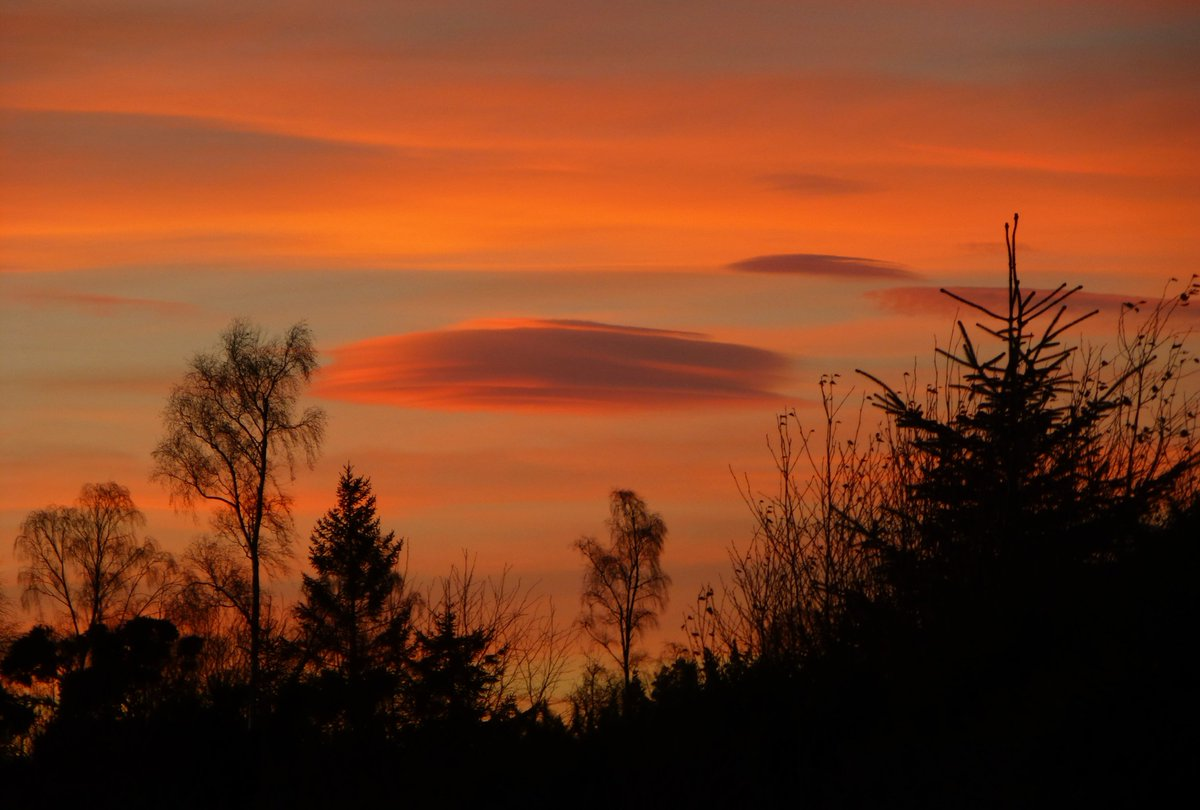 A lovely sunset this evening with a Lenticular cloud floating by, Lethen, Nairn, Scotland 😍#loveukweather @StormHour @ThePhotoHour @BBCScotWeather