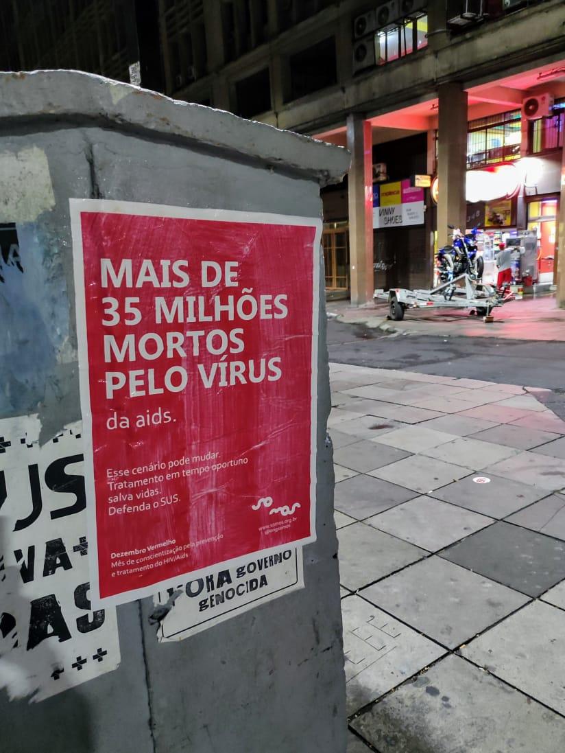 Hoje é o Dia Mundial de Combate ao HIV/AIDS e a @ongsomos, de Porto Alegre, espalhou lambes pela cidade para lembrar que ainda não existe vacina para o vírus do HIV, mas já existe cura contra o estigma e o preconceito em relação às pessoas soropositivas.