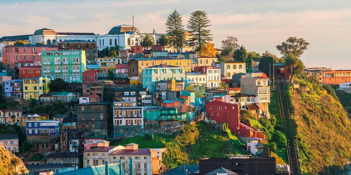 Vibrant buildings is one of the reasons why I enjoy traveling in Latin America so much.  Cities like Valparaiso in Western Chile are unapologetically loud. But they inject the city with a rhythm that American cities, and most modern architecture, now lacks. https://t.co/rs5GLHt7wn