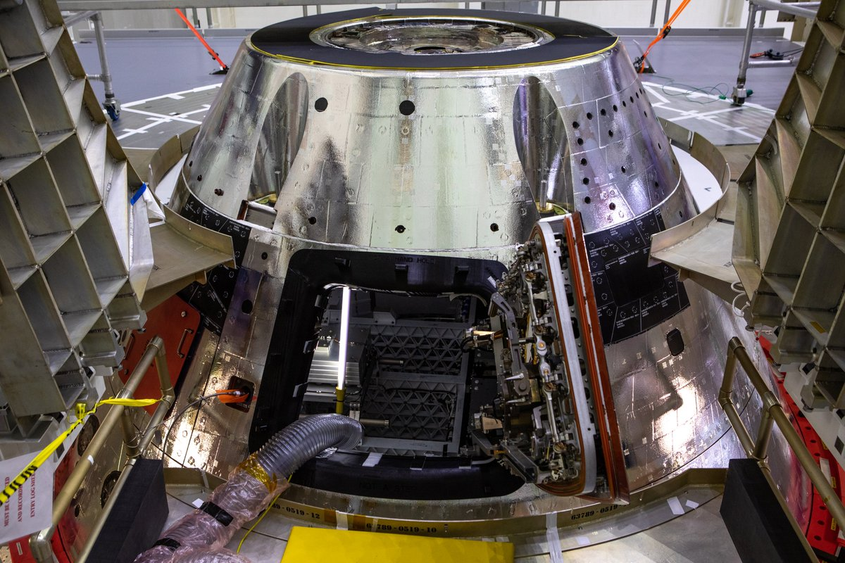 .@NASA_Orion shining bright!   A newly installed forward bay cover was recently affixed to the top of #Orion for the #Artemis I mission. This hardware will protect the top part of Orion's crew module as the capsule re-enters Earth's atmosphere at speeds of more than 25,000 mph. https://t.co/uvwLEMT0Ks