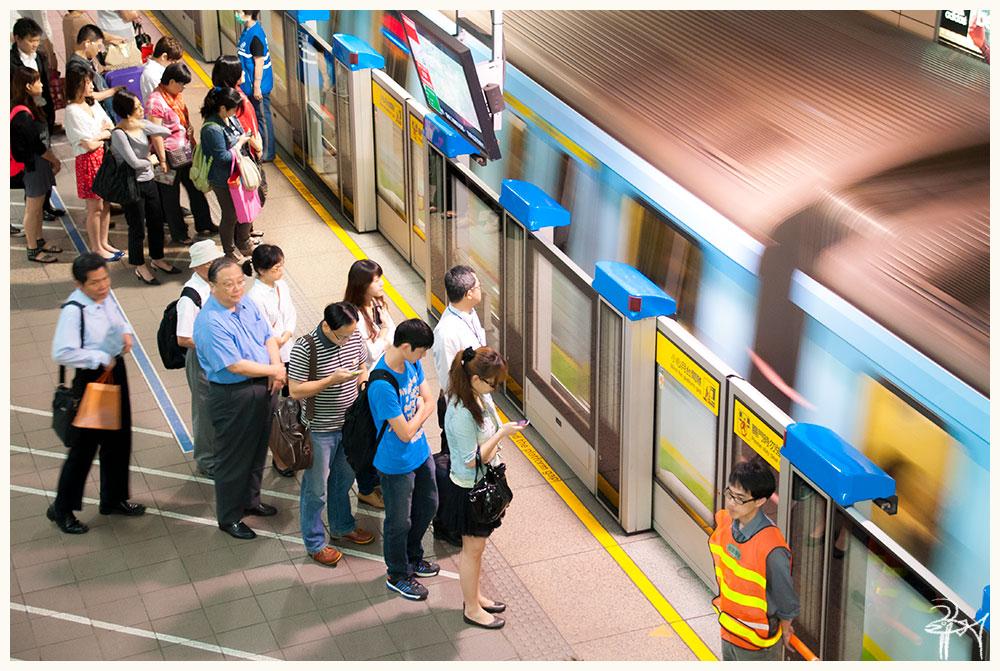 『プラットホーム』  #nikond90 #プラットホーム #地下鉄 #台北捷運 #鉄道 #ラッシュアワー #ホームドア #働く #街 #旅の思い出 #台湾 #台北市 #写真好きな人と繋がりたい #聴覚障害者 https://t.co/mofOQX7A9B