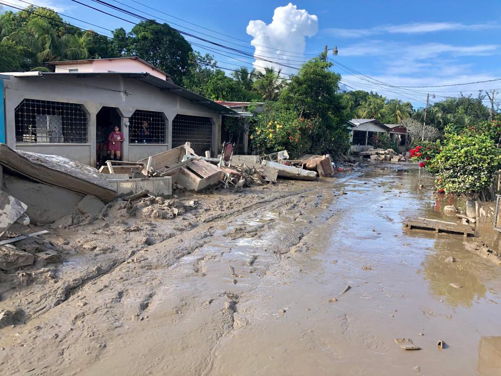 In La Lima, WCK continues providing meals & fresh fruit to families cleaning up after the hurricanes. Thankfully, water levels that were at nearly 6 ft have gone down—but what is left is mud as hard as cement. Many people in the community have lost everything. #ChefsForHonduras