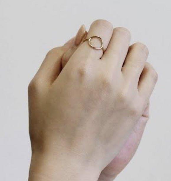 このタイプの指輪かわいーなーって思ってたんだけど、こないだ友達が「指毛の額縁」って言ってたのがおもしろすぎて買うのやめた