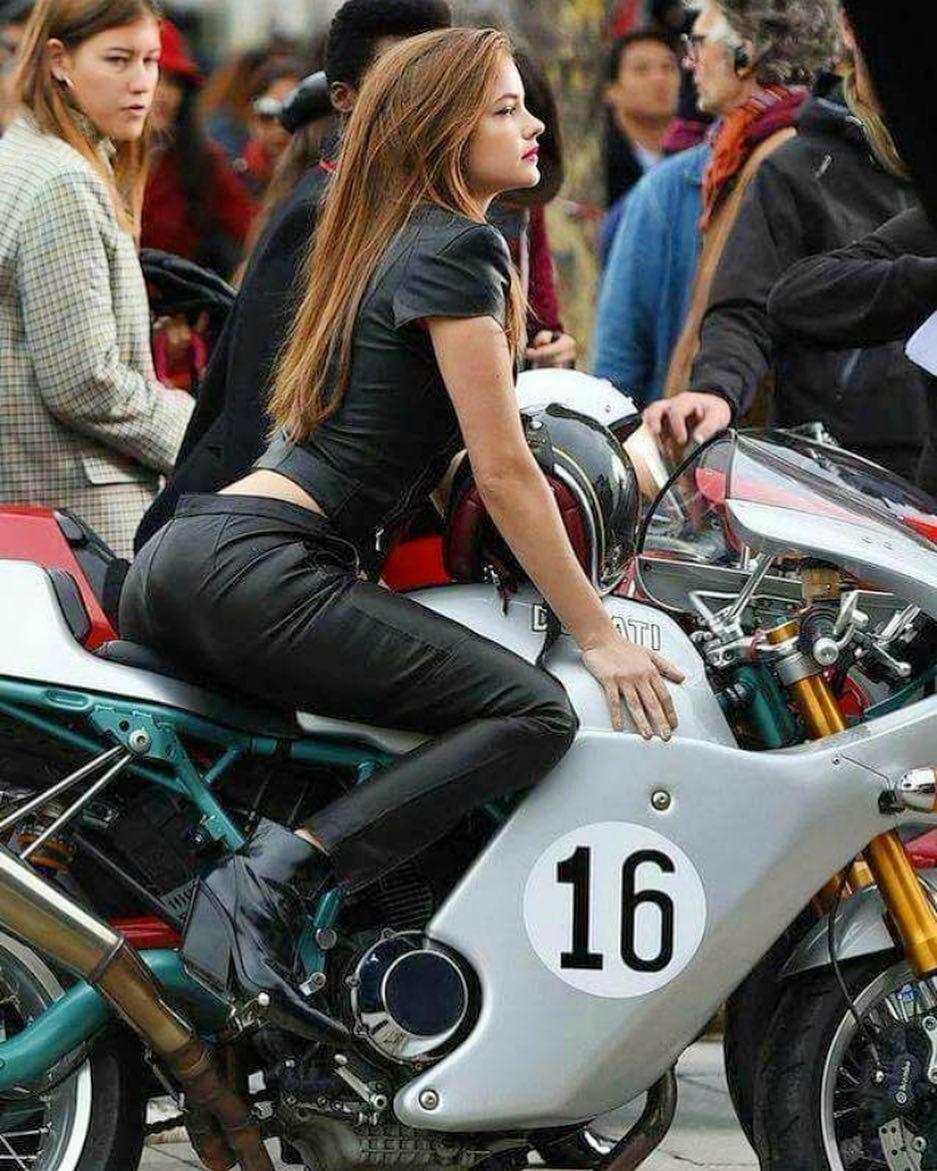 we're suckers for girls who ride😎 🍑  📸@desmofuckers  #classicbikes #ducatiflife #ducatipassion #girlsonbikes #girlsonbikesclub #posture