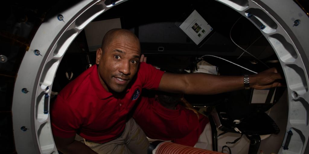 To an astronaut far from home, teamwork is as essential as oxygen and fuel. THIS Thursday, kids will have the opportunity to hear from @AstroVicGlover live from the @Space_Station about this very topic. Learn more about the event hosted by @AirAndSpace: