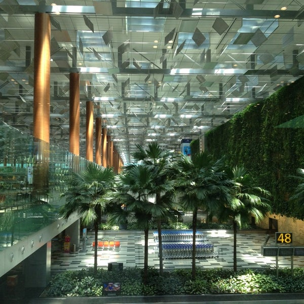 We've just arrived at Changi airport in Singapore. It's awesome! Looks like we're in the jungle or in a fairy tale. 🧙♀️🧚🧞♀️🧜♂️🦁🦒🐘🦧 https://t.co/5O0EtU0Yb4