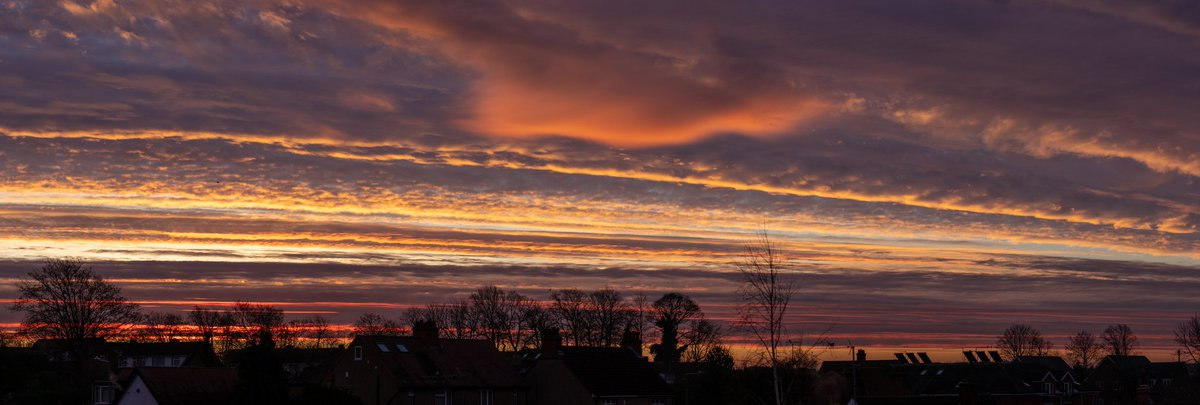 My entry to @RMetS #StormHour #POTW competition: an 8 shot panoramic view of the sunrise and clouds over Milton Keynes this morning #miltonkeynes #buckscounty #northbucks #mk #lovemk #ukweather #uksunrise #scenesfrommk