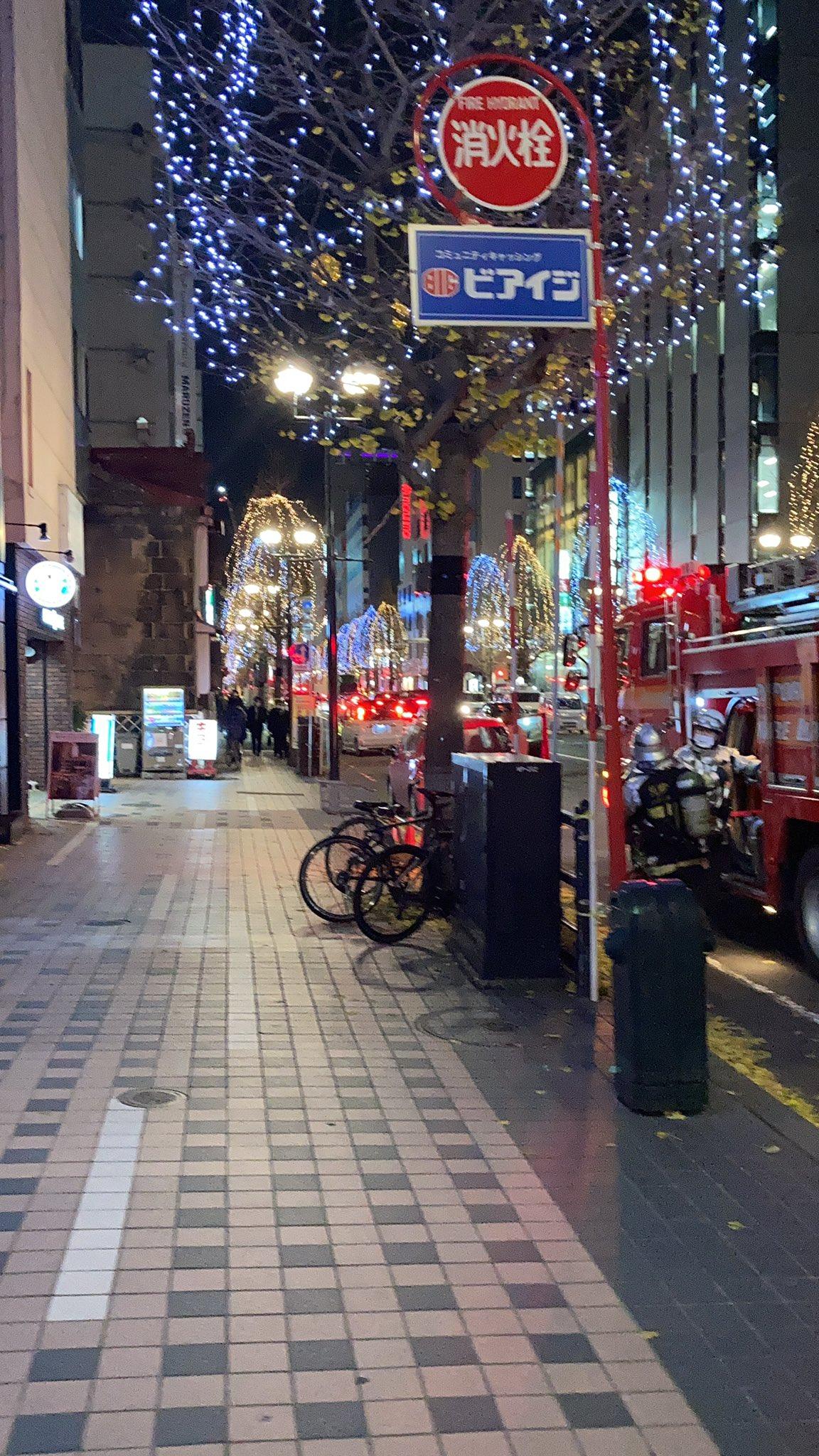 画像,カナリヤの前がすごいことになっとります。火事かな?消防車が山盛り!で私は遅い昼飯 https://t.co/N5q3xnsQ6Y…