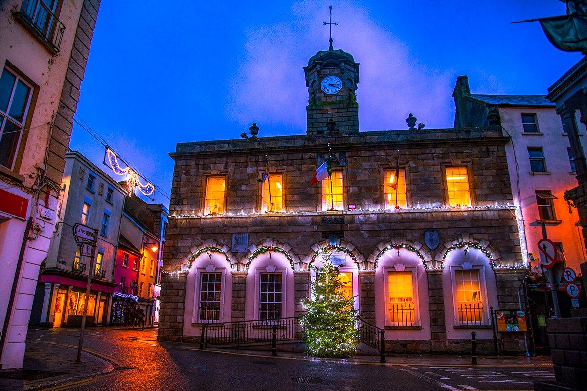 How festive does #NewRoss look? 🎅🎄#ItsBeginningToLookALotLikeChristmas   📍 New Ross 📸 @VisitNewRoss   https://t.co/caxUJVo0Pk 💜💛 #ExploreWexford #AdventureWexford  #StaySafe #FeelSafe #WexfordTogether #IrelandsAncientEast #ChristmasInIreland https://t.co/v6xZqqr2A6