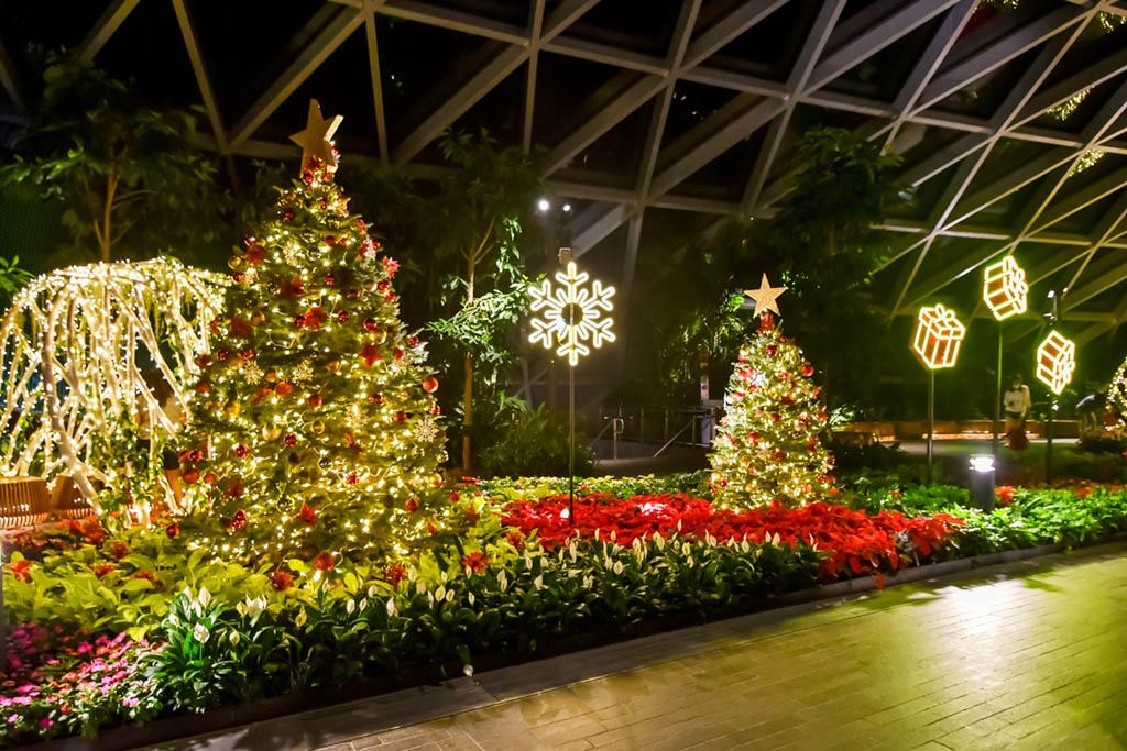 Jewel Changi Airport Christmas Decorations 2020. https://t.co/nd4in5qdIK RT @ScribblingGeek https://t.co/SVEx90EjNq