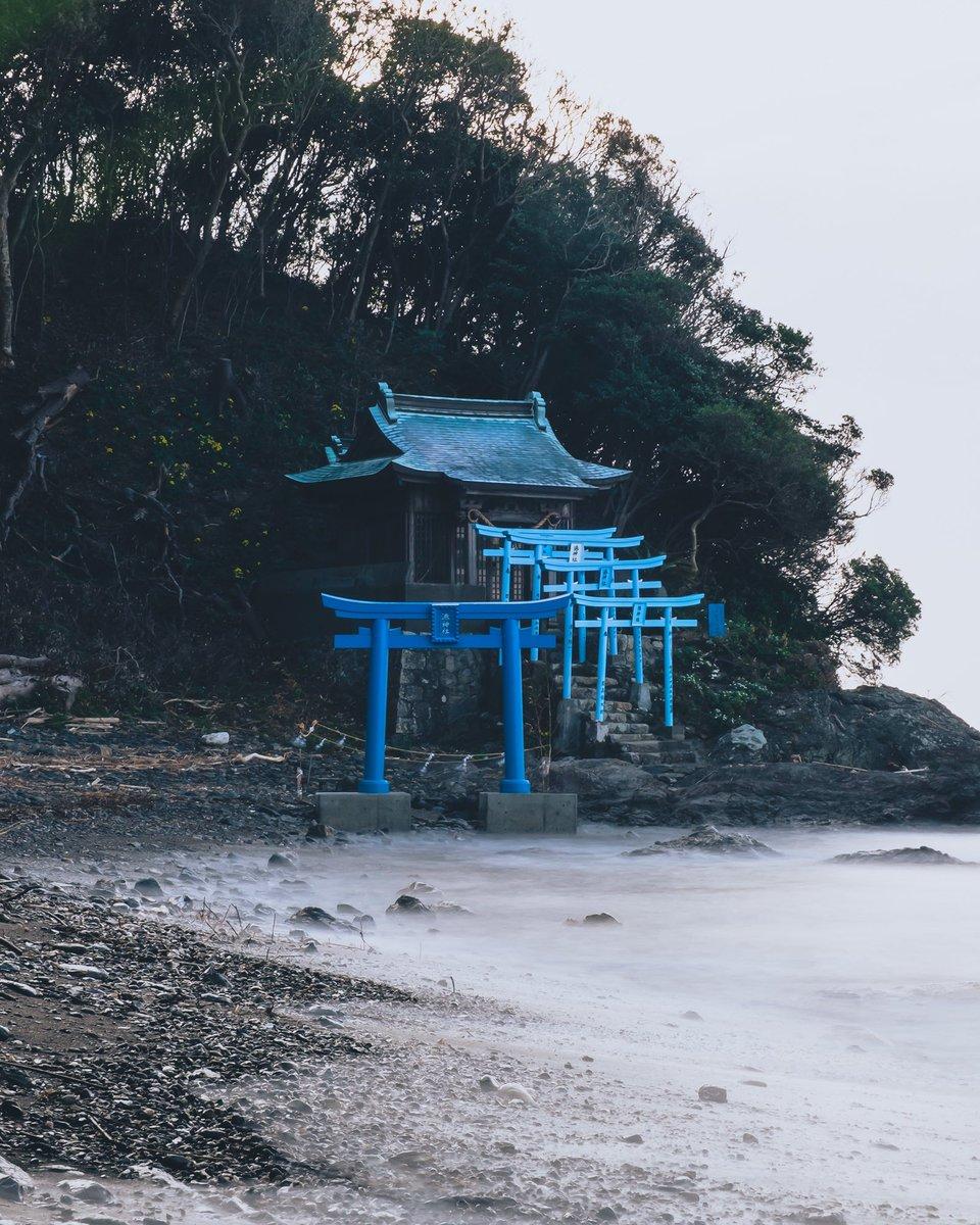 実は鳥居には青色もあります。なんか朱色とはまた趣きが違いますね。