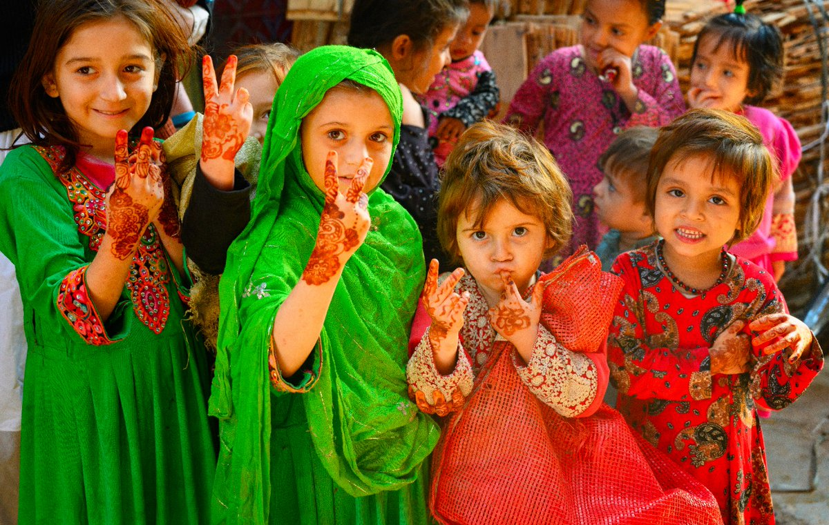 Children enthusiastically pose for the camera 📸 and show off their purple pinkies after getting vaccinated against #polio 🦠  Vaccinate today and give them their right to a healthy and #poliofree future❕  #VaccinesWork #PolioFree🇵🇰 #ForEveryChild