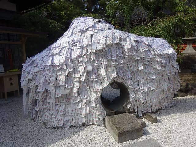 縁切り神社っていうとこにあるこの岩の穴をくぐると悪い縁だけを切ってくれるそうです、マジで行ってきます