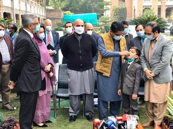 وزیراعظم کے معاون خصوصی برائے صحت ڈاکٹر فیصل سلطان، وزیر صحت خیبرپختونخوا تیمور جھگڑا، اور صوبائی معاون خصوصی کامران بنگش نے پشاور میں بچوں کو پولیو سے بچاؤ کے قطرے پلا کر کل سے ملک بھر میں شروع ہونے والی قومی انسداد پولیو مہم کا آغاز کردیا۔ #PolioFree🇵🇰 #ForEveryChild