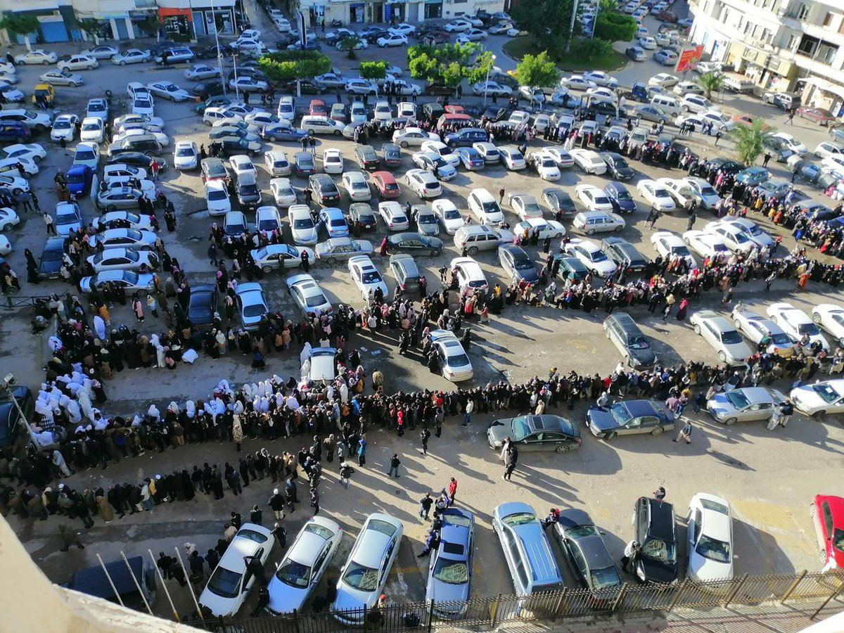 Long queues outside banks in #Tripoli today as local residents line up to get only 500 dinars after months without cash. The liquidity crisis continues in the country despite a dramatic increase in oil exports exceeding one million barrels per day