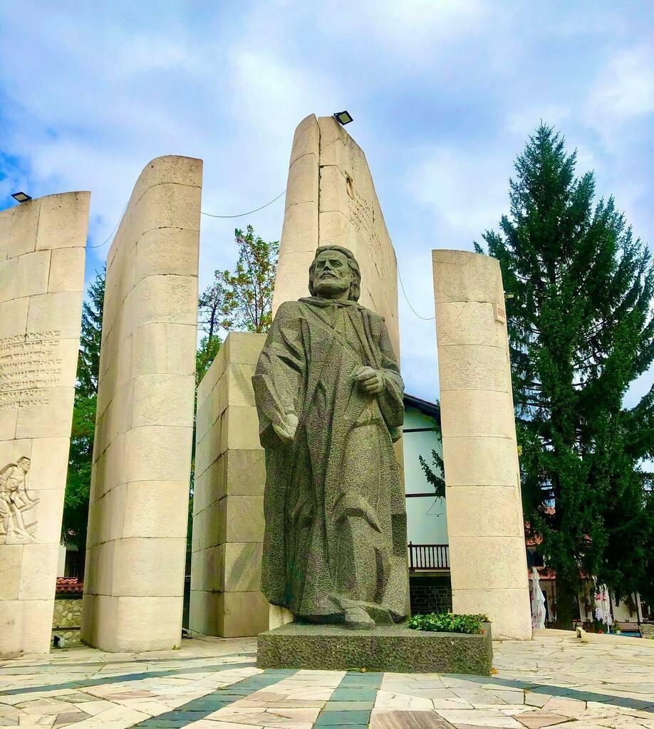 Paisiy Hilendarski monument, Bansko, Bulgaria 🇧🇬  . . . . . . . . . #wedrinkeattravel #travel #stylish #perfect #photooftheday #fashionista #fashionpost #bestoftheday #amazing #streetstyle #vacation #beautiful #goals #travelphotography instatraveling #gi…