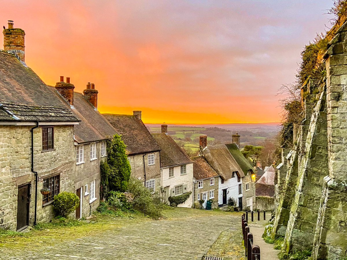 My entry in to the @RMetS @StormHour #POTW competition. This mornings sunrise at Gold Hill in Shaftesbury, Dorset.