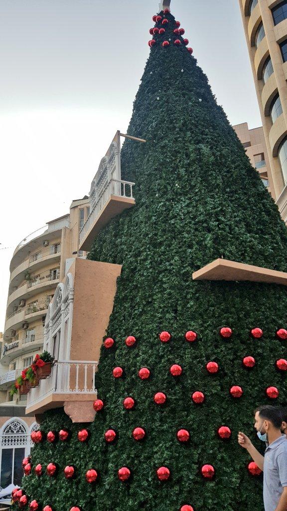 اللمسات الاخيرة لجمعية  #LebanonOfTomorrow  في ساحة ساسين الأشرفية قبل اطلاق السوق الميلادي.   خطوة تعيد الامل في بلد حُرم شعبه من الفرح لكن عيد الميلاد سيعيد فرحةً سرقت ويمحي دمعة ذُرفت.   كم جميل انني التقيت بفريق من الأحبّة خلال التصوير.  @elissakh @TareckKaram @fakihn