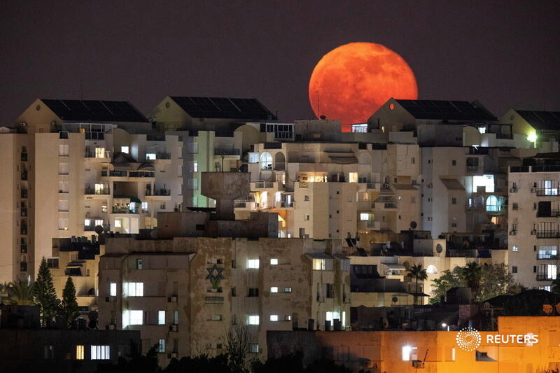 A full moon is seen behind buildings at night in Ashkelon, southern Israel. More photos of the day: https://t.co/sqiqfzpwVz 📷 Amir Cohen https://t.co/B9PyhuUICF