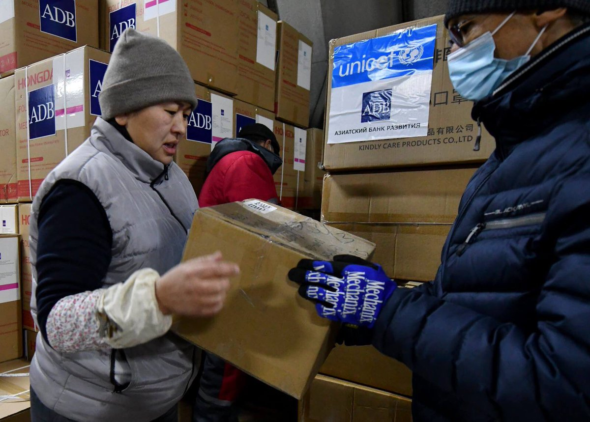 To help to #Kyrgyzstan 🇰🇬 to respond to #COVID19, Asian Development Bank in KR and @unicefkg 🇺🇳 provided to the Ministry of Health: •2,100 FFP 2 masks •1,100 protection coveralls #ForEveryChild #Health
