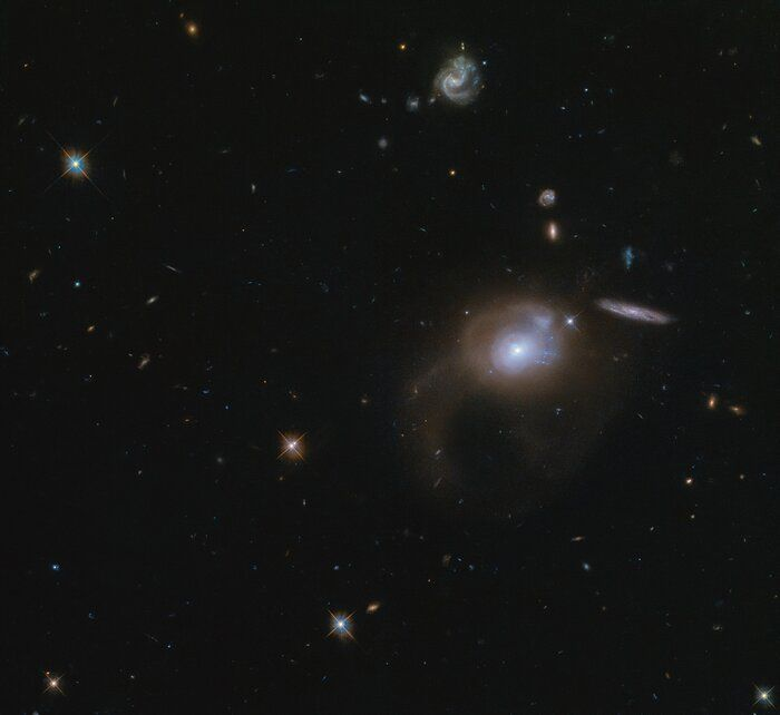 This large expanse of space captured in this #POTW with @HubbleTelescope features the galaxy SDSSJ225506.80+005839.9. This is a post-starburst galaxy, which is a product of galaxies that have merged within the past billion years.  @esa @NASA A. Zabludoff
