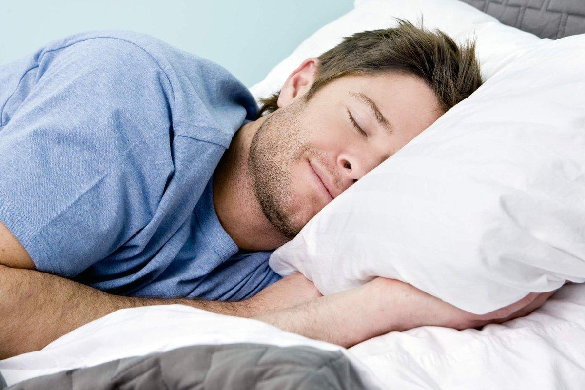 بماذا يفكر الرجل قبل النوم