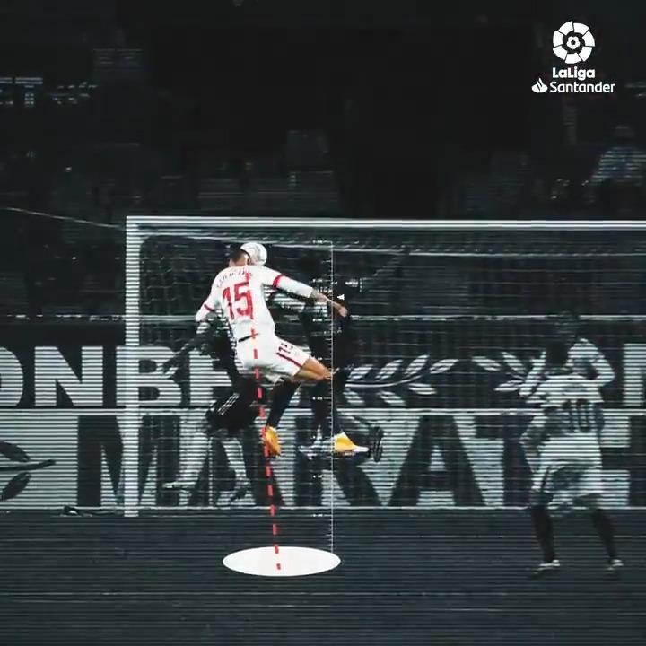 Este superhéroe del @SevillaFC tiene el poder de encontrar el hueco por el que colarse para lograr su objetivo: MARCAR GOL. ❤⚽  🦸♂️ @ennesyri9 🦸♂️  #LaLigaSantander #HayQueVivirla