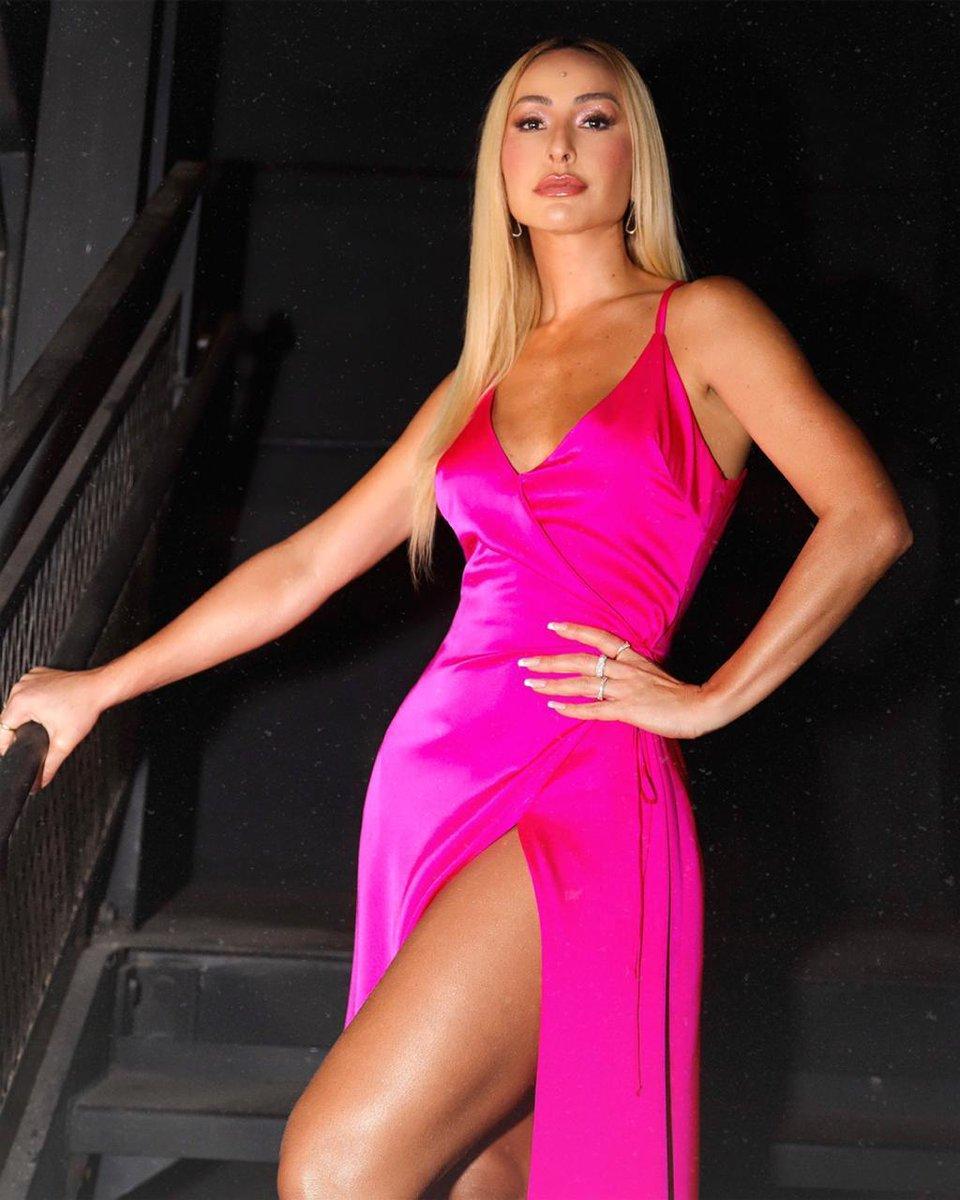 Aqui estou, trabalhadíssima no pink, para lembrar que amanhã tem episódio INÉDITO de #GameDosClones no @PrimeVideoBR. A mão de escrever spoiler aqui, chega a tremer, kkkkk! Esse vestido lindo é da minha coleção para #carlotacosta #ccsabrinasato