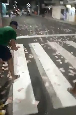 Brazilian bank robbers leave cash strewn across the streets to aid their getaway  More:   Brazilian bank robbers leave cash strewn across the streets to aid their getaway as residents #Rush to pick it up after spectacular... #Branch #Brazil #Home #Many