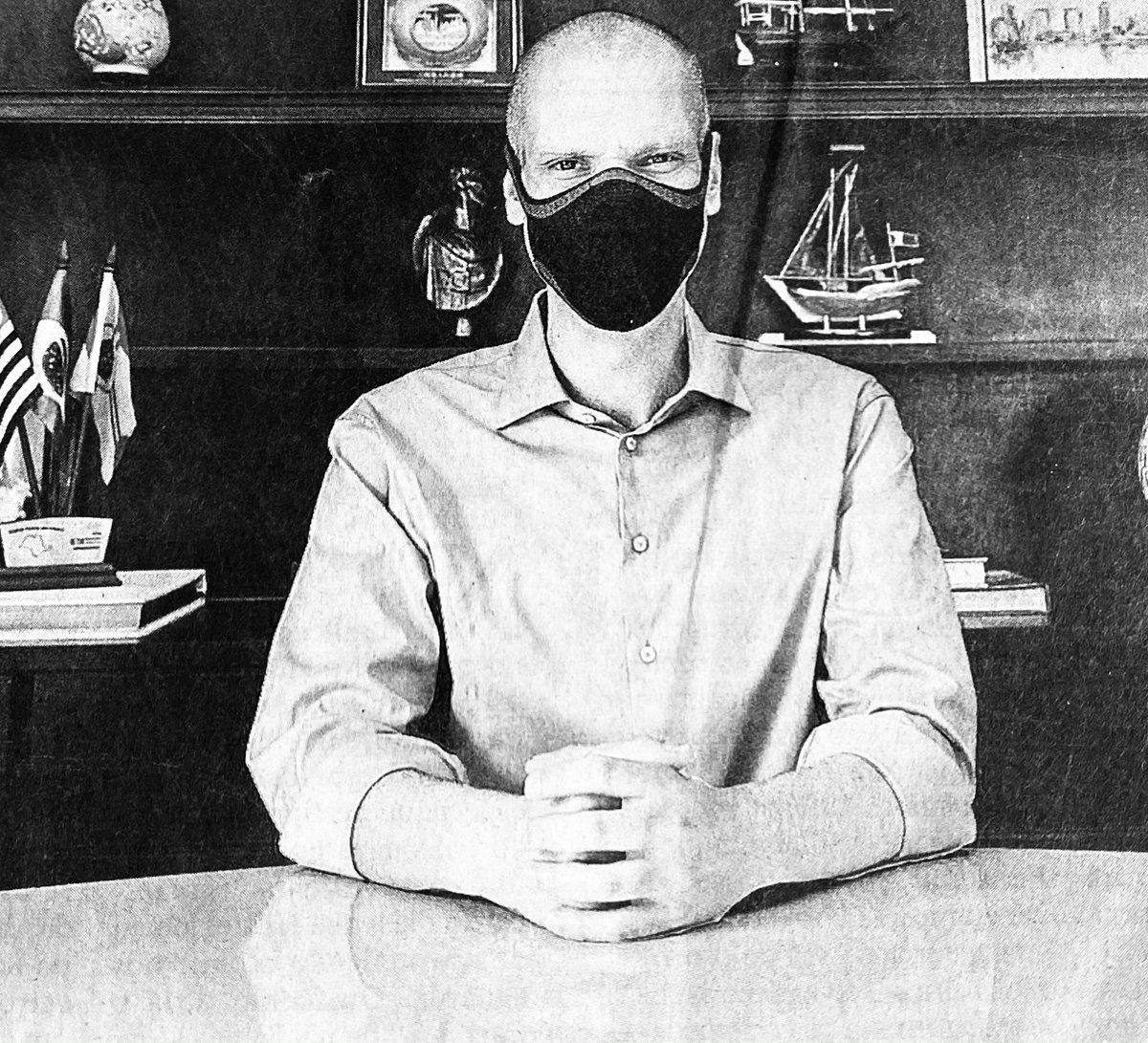 Sob o prisma da semiótica essa foto do Bruno, o das Covas me remete a Albert Speer, o cenógrafo do nazismo que também inspirou o design de Guerra nas Estrelas. símbolos como essa máscara negra e onipresente tem a função clara de inspirar o terror na população.