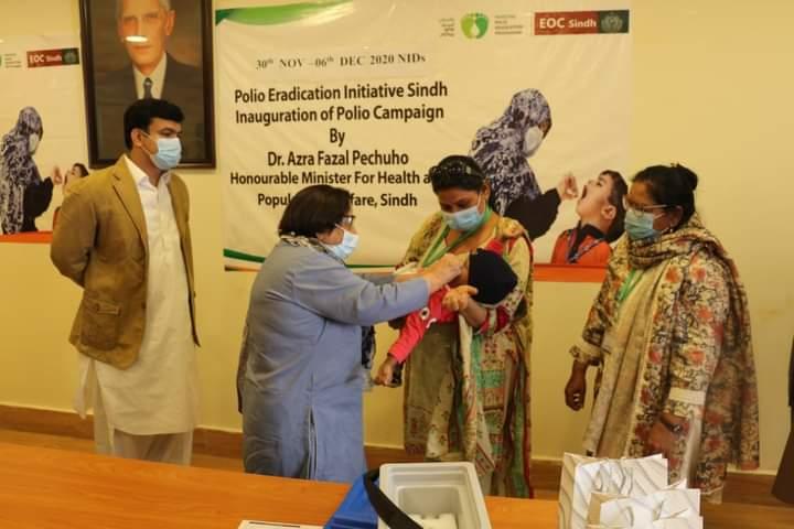 وزیر صحت سندھ ڈاکٹر عذرا فضل پیچوہو نے بچوں کو پولیو سے بچاؤ کے قطرے پلا کر قومی انسداد مہم کا آغاز کردیا۔ تمام والدین سے درخواست ہے کہ پولیو ورکرز سے بھرپور تعاون کریں @BBhuttoZardari @AzraPechuho#VacinesWork #PolioFree🇵🇰 #ForEveryChild