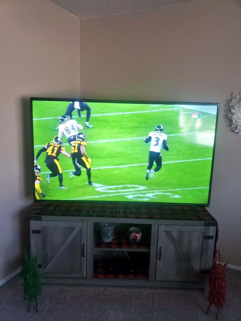 @veronicaxxxooo Watching tbe #BALvsPIT game for you. I do like me some football. Seems kinda weird watching on a Wednesday afternoon