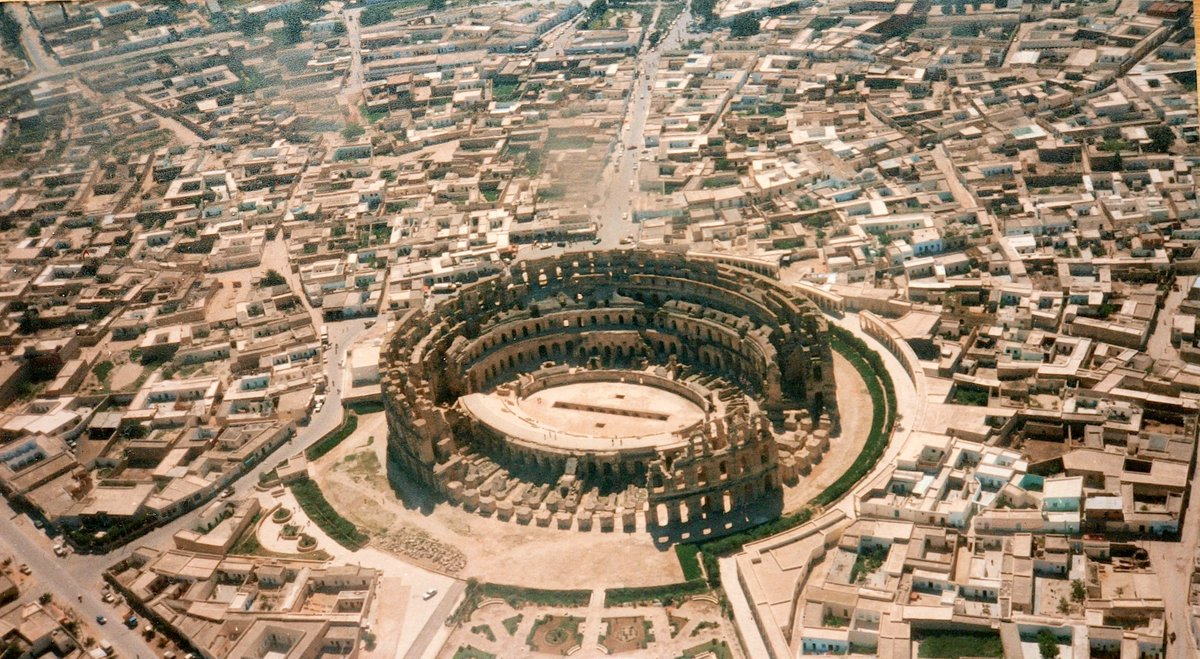 An aerial view of the #Roman amphitheater in Thysdrus (modern-day El Djem, #Tunisia), built around 230 AD. Thysdrus was a Berber-Punic-Roman town, that was very prosperous in ancient times due to its olive oil production.  #Amazigh #NorthAfrica #History