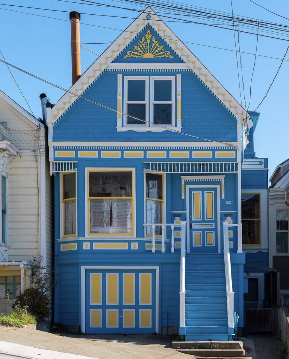 A Victorian home in the Golden State Warriors' colors? 💙💛 Doesn't get more San Francisco than this! 🙌  📸: @suzlipman https://t.co/DX7X5lxJ0s