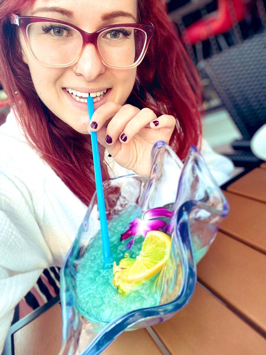 Mermaid status 🧜♀️   #mermaid #drinks #cheers https://t.co/ZgpSFjb8EH