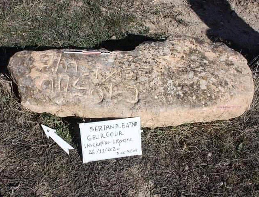 Ce 26 Novembre 2020, une stèle #libyque a été découverte dans la commune de Seriana en #Algérie, dans un site appelé #Guergour, situé en banlieue de #Batna.  Un grand merci aux #archéologues sur place qui ont pris en charge la belle trouvaille.  #tifinagh #tamazight #northafrica