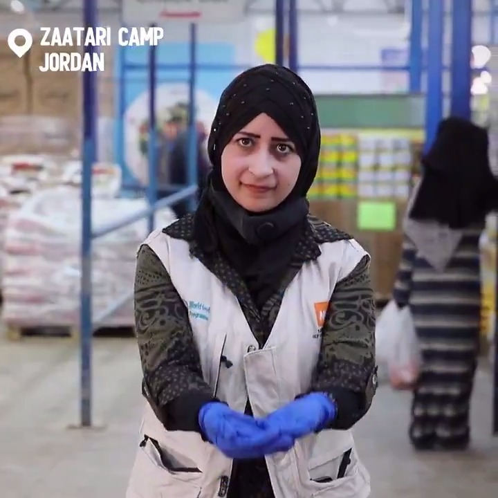 Wonder how WFP makes sure that persons with disabilities have access to healthy and nutritious food? 🍊   14% of Syrian refugees living in Azraq and @ZaatariCamp have hearing disabilities. Volunteers like Lara support them at WFP's shops 👇💙
