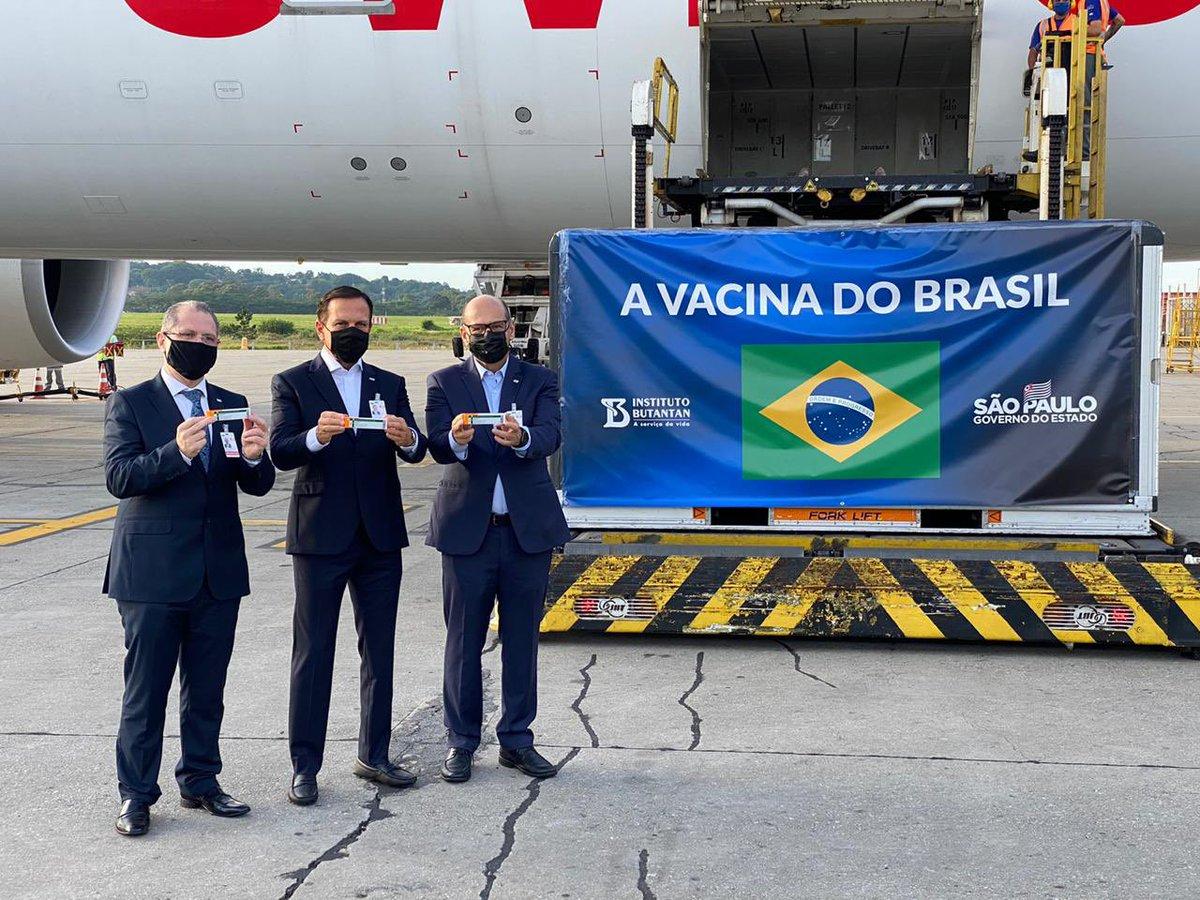 Estou no Aeroporto Internacional de Guarulhos, recebendo nova carga de insumos da Coronavac, para produção de 1 milhão de doses da vacina do Butantan. Agora já temos 1 milhão e 120 mil doses da vacina em solo brasileiro para salvar vidas. Sentimento de esperança na luta pela vida https://t.co/XPrLeLbbEL