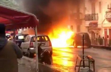 Paura a Sferracavallo. auto in fiamme, danneggiate altre sei vetture, un ferito - https://t.co/I8HU1Diwya #blogsicilianotizie