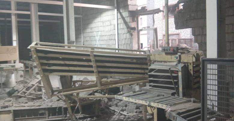 """#عاجل استشهاد وإصابة عدد من عمال مصنع """"إخوان ثابت"""" في #الحديدة بقذائف مليشيا الحوثي"""