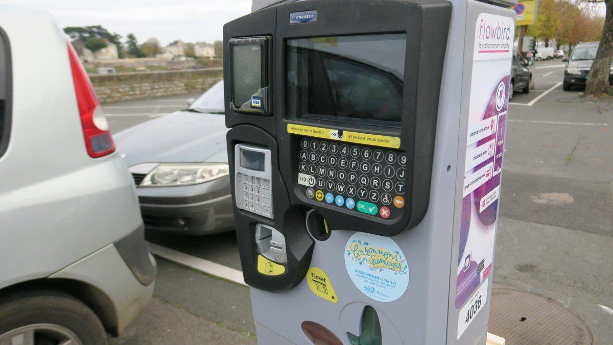 🛍  #ConsommonsSaumurois 🛍  Vous avez prévu de faire des achats à #Saumur demain ? Bonne nouvelle : le stationnement sera gratuit tout l'après-midi ! 🚗  Toutes les mesures prises pour la réouverture des commerces ici 👉 https://t.co/bXZM2O28G5 https://t.co/9pPqCtDz6J