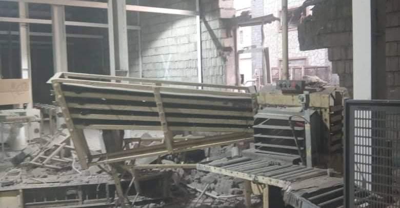 """#عاجل استشهاد وإصابة عدد من عمال مصنع """"إخوان ثابت"""" في الحديدة بقذائف مليشيات الحوثي.  #انقذوا_الريال_اليمني"""