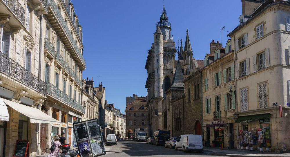 (Sputniknews): Un adolescent interpellé après avoir tenté de voler un #LBD aux policiers de la #BAC : Un mineur a été interpellé mercredi 2 décembre à Dijon pour avoir tenté de voler un LBD à des policiers de la BAC. Il sera..