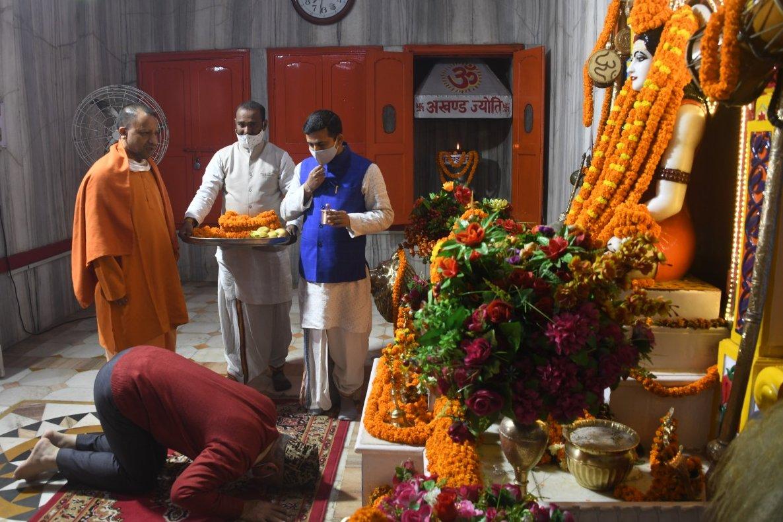 मुख्यमंत्री श्री @myogiadityanath जी ने श्री @GorakhnathMndr परिसर पधारे चीफ ऑफ डिफेंस स्टाफ, जनरल श्री बिपिन रावत जी को महायोगी गुरु गोरक्षनाथ जी के दर्शन पूजन कराने के पश्चात सम्मान में आयोजित भोज में श्रीराम जन्मभूमि का स्मृति चिन्ह तथा अंग वस्त्र से सम्मानित किया।